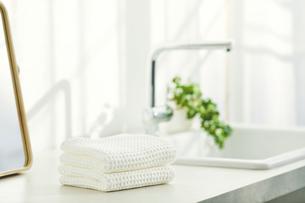 洗面所に置かれたタオルと鏡の写真素材 [FYI04796742]