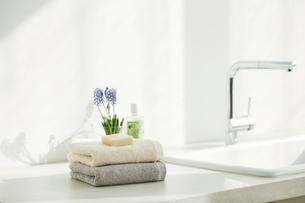 洗面所に置かれたタオルの写真素材 [FYI04796743]