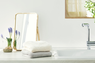 洗面所に置かれたタオルと鏡の写真素材 [FYI04796744]