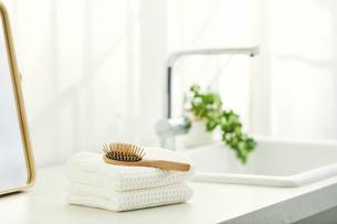 洗面所に置かれたタオルと鏡の写真素材 [FYI04796745]