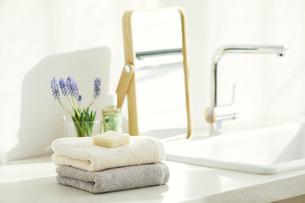 洗面所に置かれたタオルと鏡の写真素材 [FYI04796746]