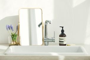 洗面所に置かれた鏡の写真素材 [FYI04796747]