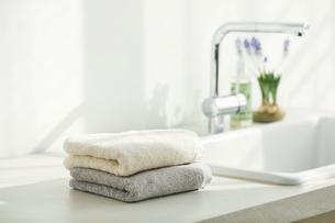 洗面所に置かれたタオルの写真素材 [FYI04796748]