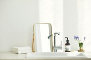 洗面所に置かれたタオルと鏡の写真素材 [FYI04796751]
