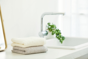 洗面所に置かれたタオルと鏡の写真素材 [FYI04796753]