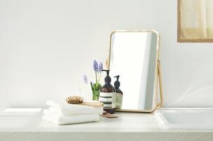 洗面所に置かれたタオルと鏡の写真素材 [FYI04796754]