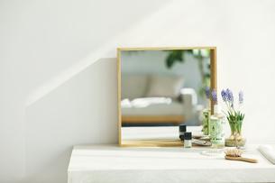 洗面所に置かれた鏡の写真素材 [FYI04796756]