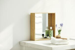 洗面所に置かれたタオルと鏡の写真素材 [FYI04796762]