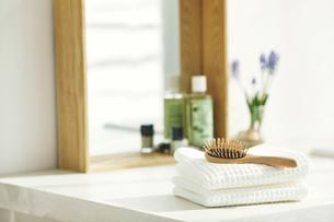 洗面所に置かれたタオルと鏡の写真素材 [FYI04796765]