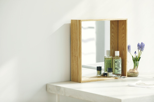 洗面所に置かれた鏡の写真素材 [FYI04796767]