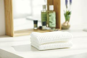 洗面所に置かれたタオルと鏡の写真素材 [FYI04796768]