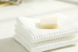 洗面所に置かれたタオルと石鹸の写真素材 [FYI04796771]