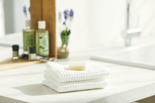 洗面所に置かれたタオルと石鹸の写真素材 [FYI04796775]