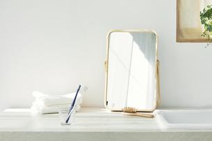 洗面所に置かれたタオルと歯ブラシの写真素材 [FYI04796778]