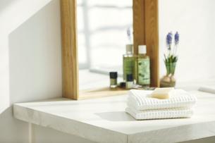 洗面所に置かれたタオルと石鹸の写真素材 [FYI04796779]