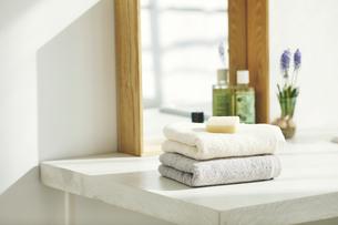 洗面所に置かれたタオルと石鹸の写真素材 [FYI04796782]