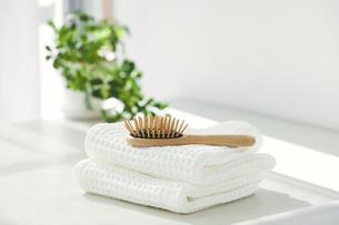 洗面所に置かれたタオルとヘアブラシの写真素材 [FYI04796784]