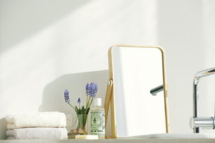 洗面所に置かれたタオルと歯ブラシの写真素材 [FYI04796785]