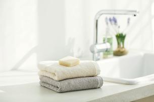 洗面所に置かれたタオルと石鹸の写真素材 [FYI04796790]