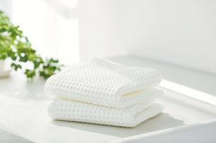 洗面所に置かれたタオルの写真素材 [FYI04796791]