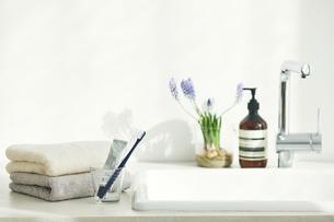 洗面所に置かれたタオルと鏡と歯ブラシの写真素材 [FYI04796793]