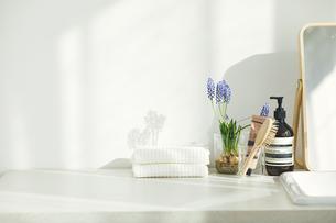 洗面所に置かれたタオルと鏡とヘアブラシの写真素材 [FYI04796796]