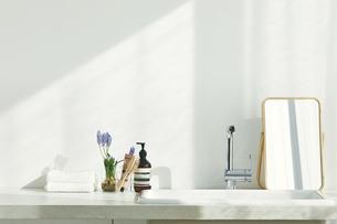 洗面所に置かれたタオルと鏡の写真素材 [FYI04796798]