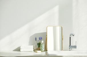 洗面所に置かれたタオルと鏡の写真素材 [FYI04796799]