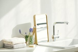 洗面所に置かれたタオルと鏡とヘアブラシの写真素材 [FYI04796800]