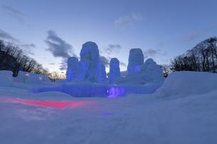 北海道冬の風景 支笏湖の氷濤まつりの写真素材 [FYI04796850]