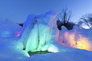 北海道冬の風景 支笏湖の氷濤まつりの写真素材 [FYI04796854]