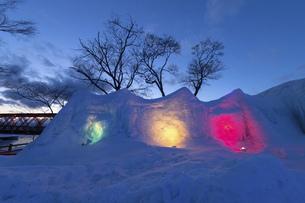 北海道冬の風景 支笏湖の氷濤まつりの写真素材 [FYI04796855]