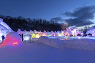 北海道冬の風景 支笏湖の氷濤まつりの写真素材 [FYI04796857]