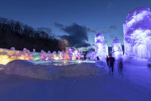 北海道冬の風景 支笏湖の氷濤まつりの写真素材 [FYI04796858]