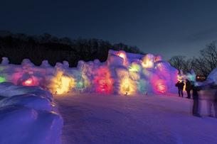 北海道冬の風景 支笏湖の氷濤まつりの写真素材 [FYI04796865]