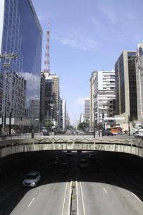 サンパウロのビジネス街パウリスタ大通りの写真素材 [FYI04797110]