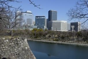 大阪城公園,東外濠と大阪ビジネスパークの写真素材 [FYI04797592]