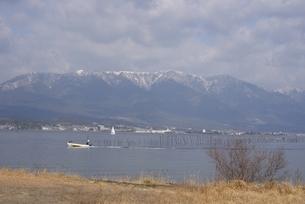 守山,第一なぎさ公園,琵琶湖湖畔と雪景色の比良山系の写真素材 [FYI04797623]