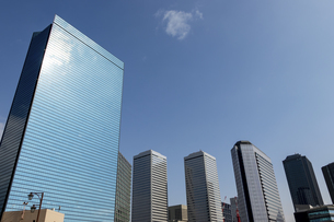 街のオフィスビルと青空の写真素材 [FYI04797651]