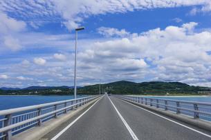 角島大橋を渡るの写真素材 [FYI04797682]