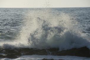 夕陽を反射して輝く波の写真素材 [FYI04797716]