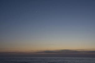 静かな海の夕暮れと三日月の写真素材 [FYI04797718]