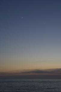 静かな海の夕暮れと三日月の写真素材 [FYI04797719]