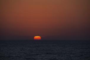 水平線に沈む四角い太陽の写真素材 [FYI04797731]