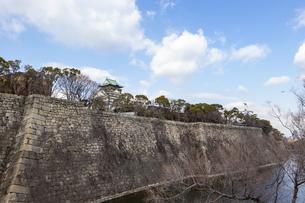 大阪城の石垣と天守閣の写真素材 [FYI04797787]