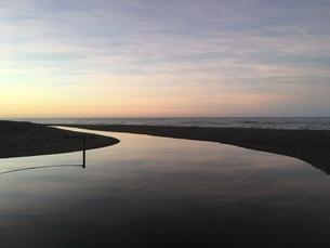 朝の海 水面のリフレクションの写真素材 [FYI04797873]