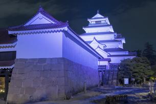 鶴ヶ城天守閣のライトアップの写真素材 [FYI04798116]