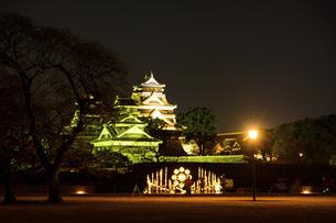 城 美しい夜空を背景にライトアップに輝く名城(熊本城) 城あかりの写真素材 [FYI04798289]