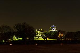 城 美しい夜空を背景にライトアップに輝く名城(熊本城)の写真素材 [FYI04798290]