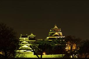 城 美しい夜空を背景にライトアップに輝く名城(熊本城)の写真素材 [FYI04798292]